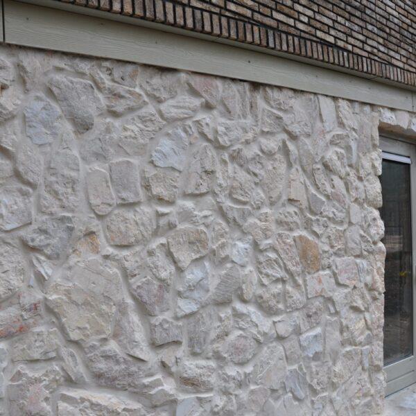Rocks Melan, Appartementen gebouw Kerckebosch - Natuurstenen muur.