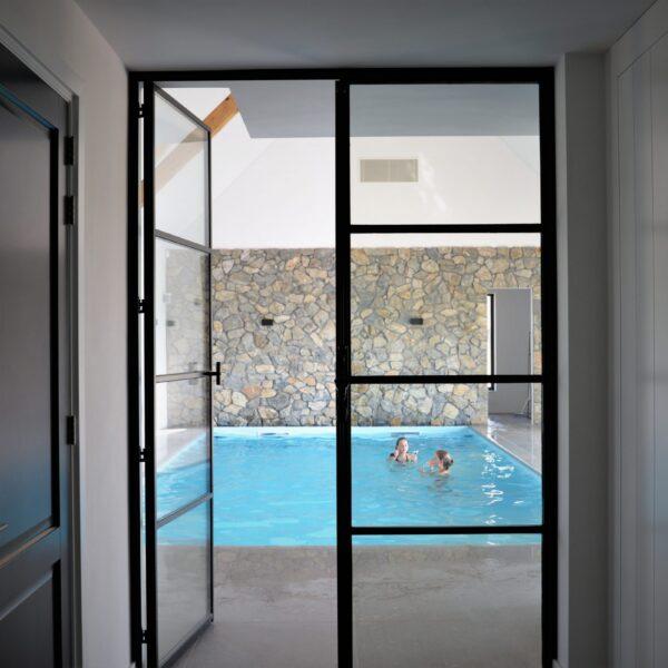 Natuurstenen muren - zwembad. Ontwerp Jestyle Interieur.