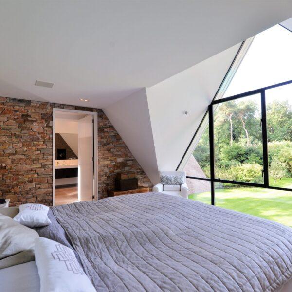 Natuurstenen muur slaapkamer.