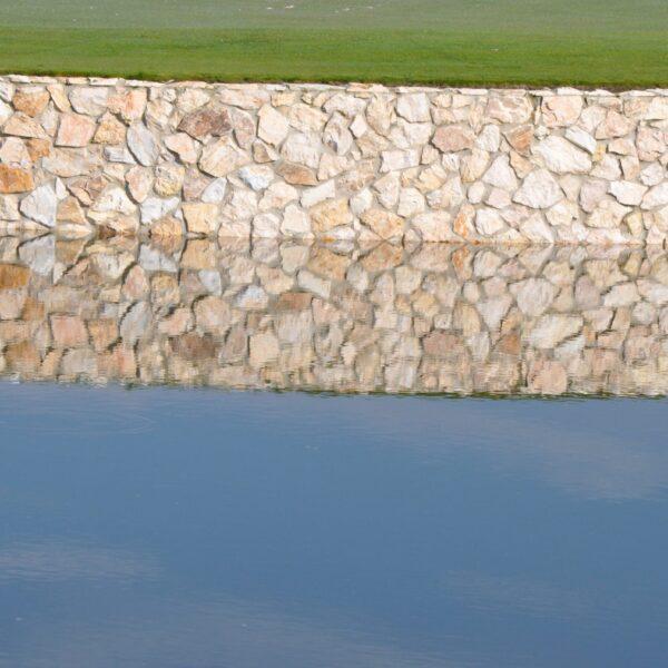 Natuurstenen bij de golfbaan
