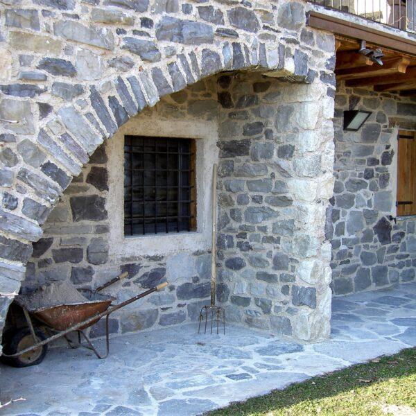 Huis met oude natuurstenen muren.
