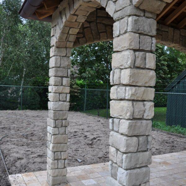 Relatief smalle pilaren en bogen met STeenstrips