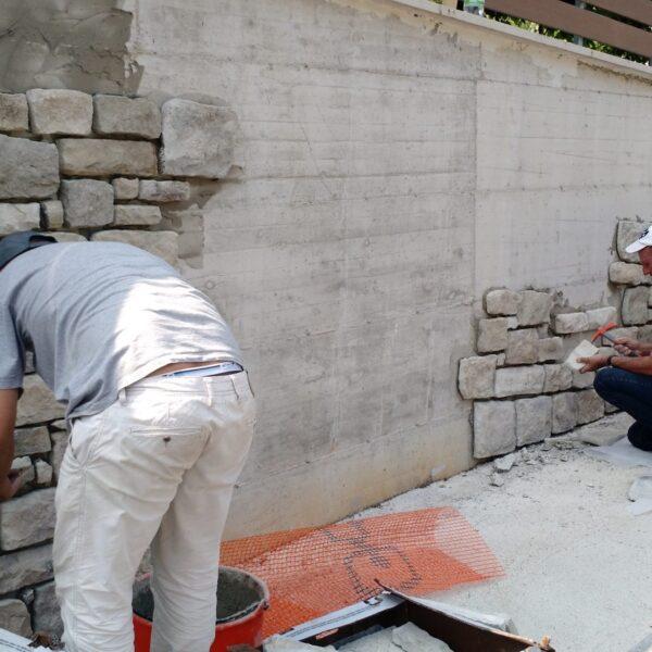 Ambachtelijk zetwerk op de muur met Steenstrips Geopietra