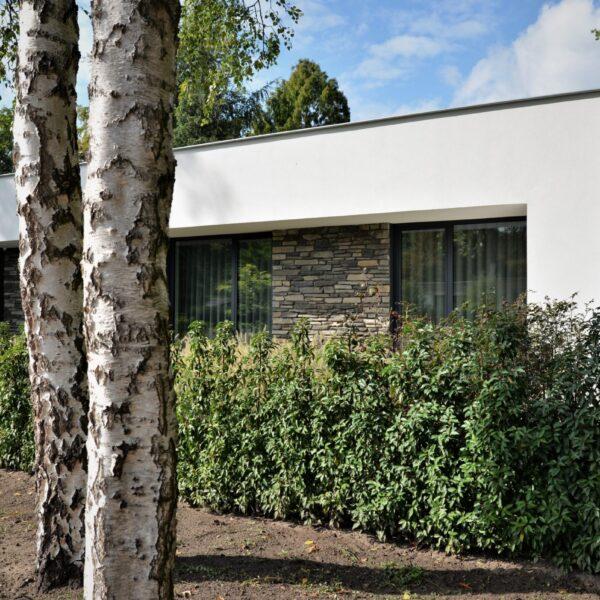 Steenstrips op kubistische woning
