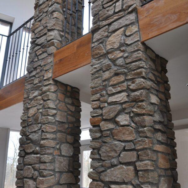 Pilaren voorzien van losse natuurstenen. Rocks Brons Rustiek.