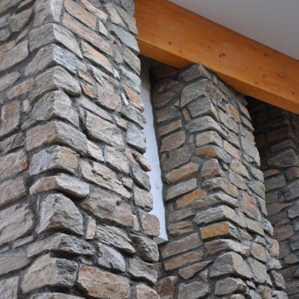 Pilaren bekleed met steenstrips