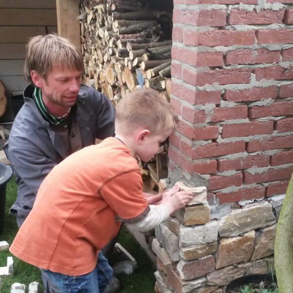 Henrico samen met zijn zoon - steenstrips plaaten voor het houthok.