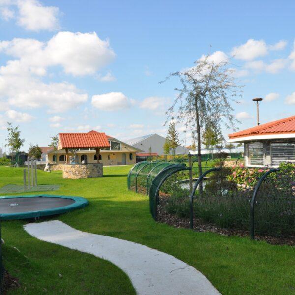 Tuin van de opdrachtgever van Hoveniersbedrijf Rutger Tas. Tuinmuren zijn voorzien van Botticino steenstrips in de kleuren MT, GT en Lione.