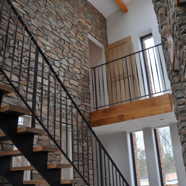 Binnenmuren voorzien van Rocks Brons Rustiek. Afgevoegd met een antraciet kleur voeg.