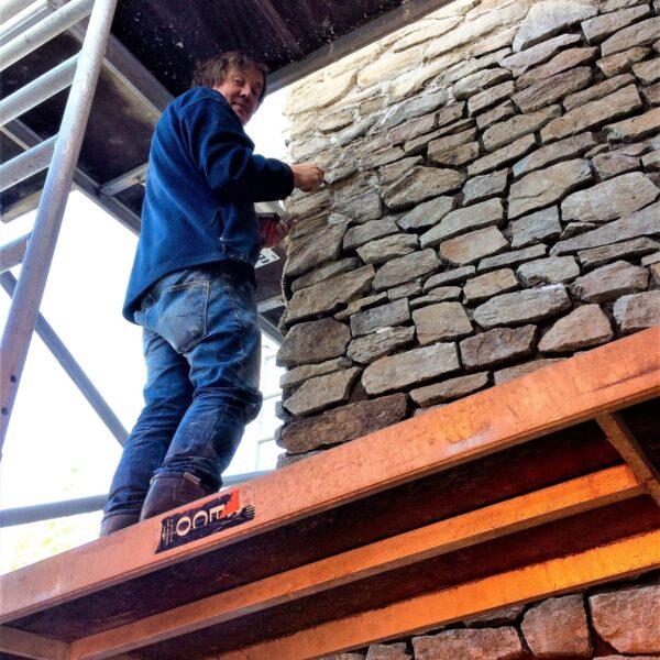 Rocks Steenstrips plaatsen op schoorsteen.