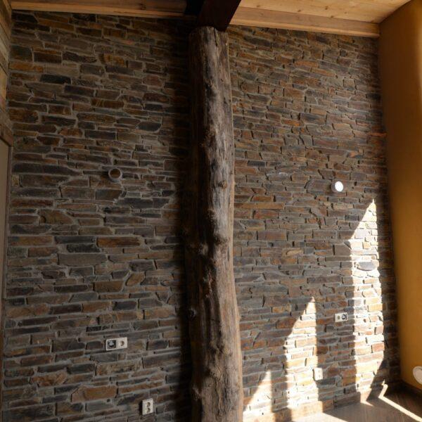 Steenstrips in combinatie met houtenbalk en vloer
