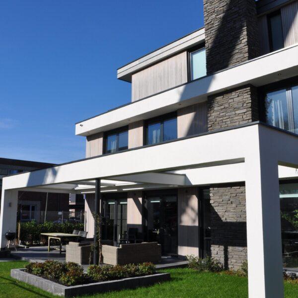 Steenstrips Geopietra - Schoorsteen aan de buitenzijde afgewerkt met antracietkleurige Steenstrips. Een ontwerp van Architect ir. Hans Witte.