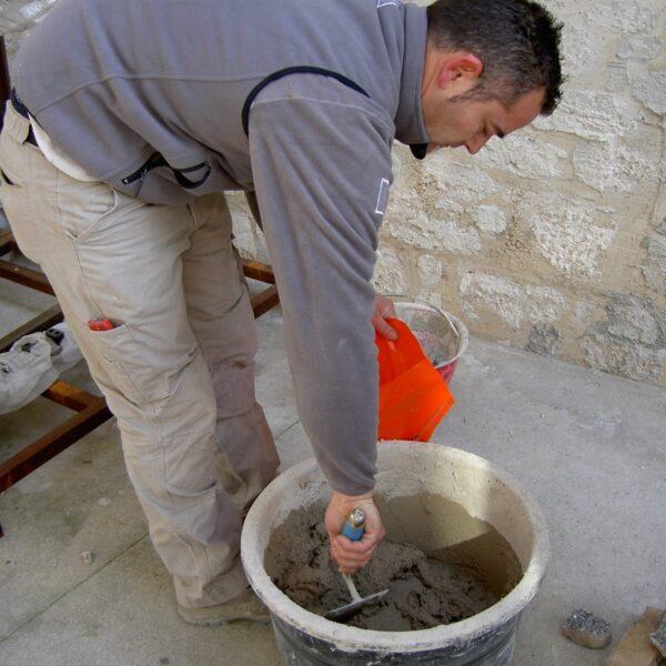 Geopietra Steenstrips voegen met de spuitzak. U schept de voeg met een troffel.
