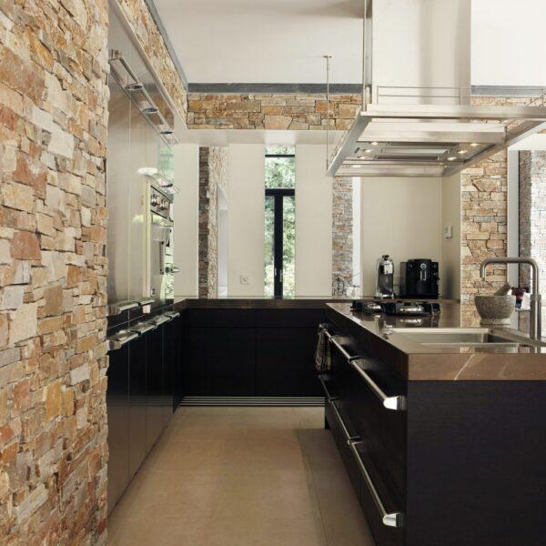 Wandbekleding in de keuken met steenpanelen Puzzle Oranje Kwartsiet.