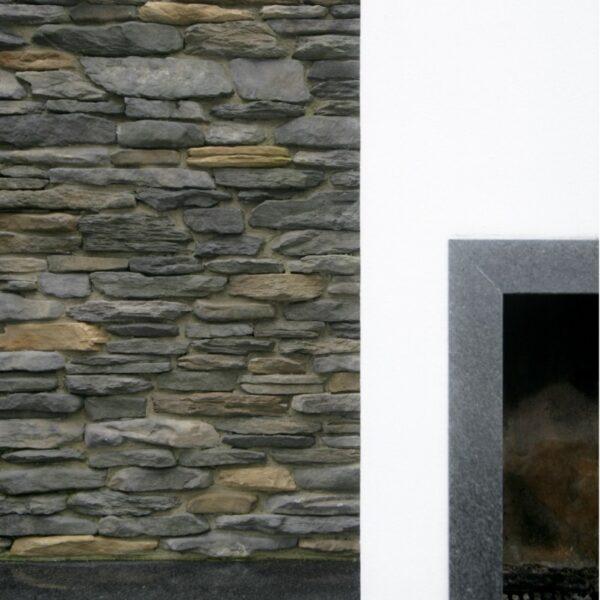 Wandbekleding inloop buiten douche voorzien van steenstrips van Geopietra.
