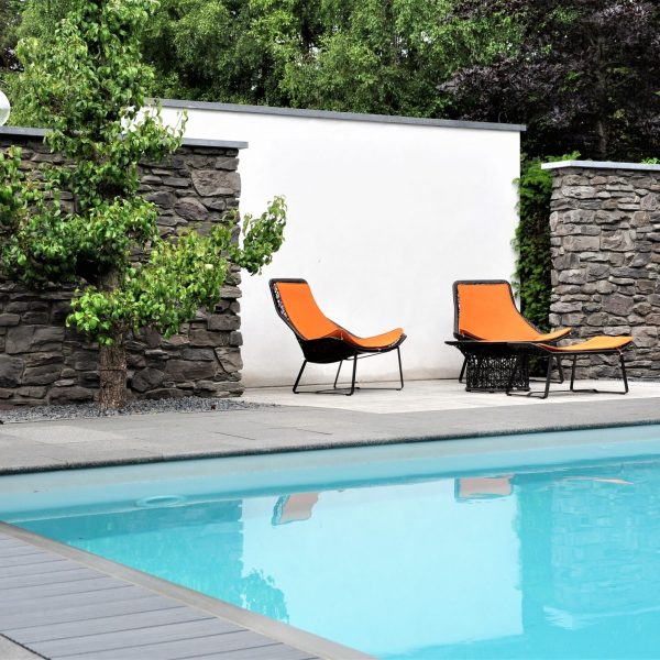 Steenstrip muren bij zwembad.