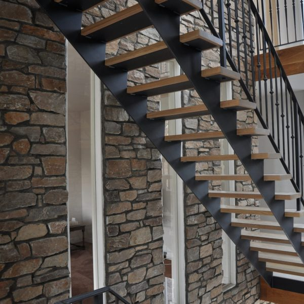 Steenstrips wandbekleding onder de trap