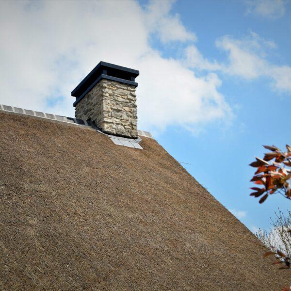 Steenstrips bekleding schoorsteen.