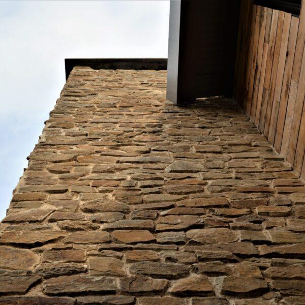 Steenstrips buiten op de muur - schoorsteen.