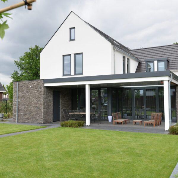Modern, Strak en sfeervol is de uitstraling van deze onlangs gerealiseerde woning.
