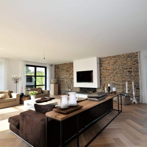 Steenstrips toegepast in een moderne woonkamer.