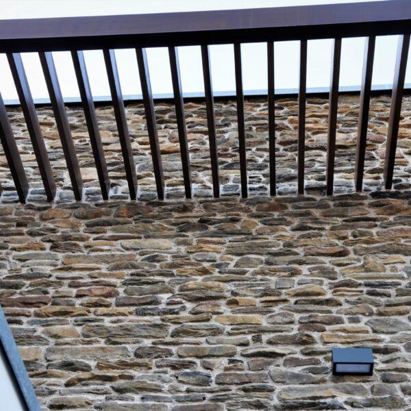 Steenstrips hoge muur.