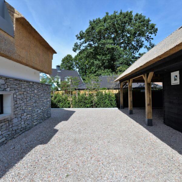Steenstrips natuursteen onderkant villa.