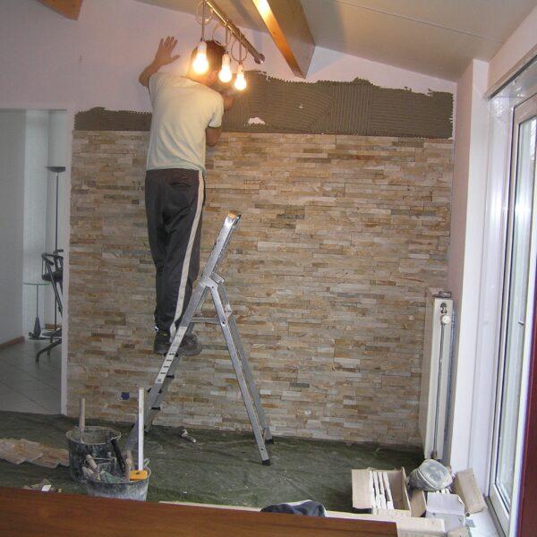 Steenstrips Natuursteen plaatsen op de muur.