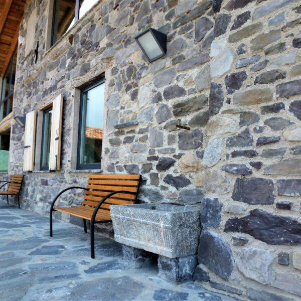 Stenen muur met brokken Natuursteen.