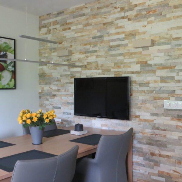 Natuursteenstrips muur in de keuken - CH Goud Kwartsiet.