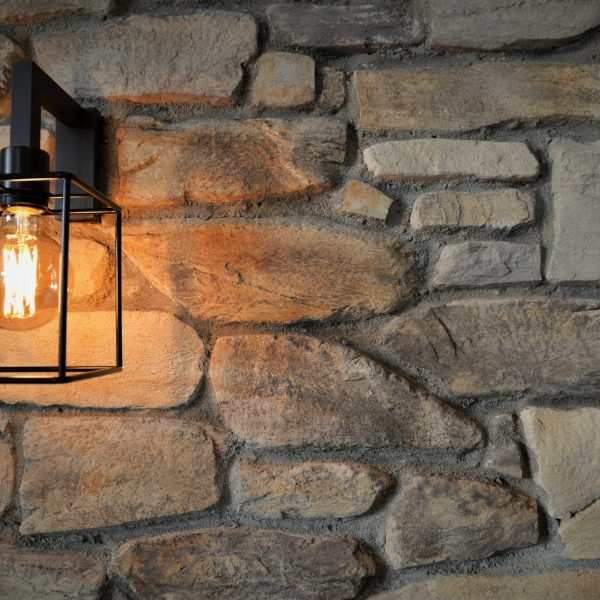 Verlichting geeft extra karakter aan een steenstrip muur