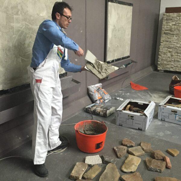 Steenstrips verlijmen op de muur - Geocoll.