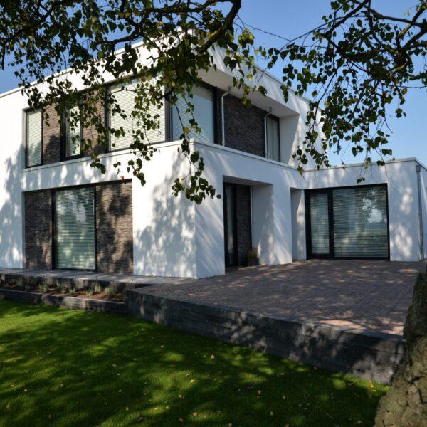 Moderne woning met paneelvorm steenstrip als gevelbekleding. Type Scaglia, kleur GP
