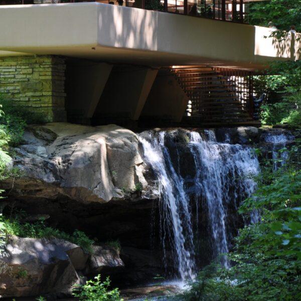 Waterval van Fallingwater House, natuurstenen muren.