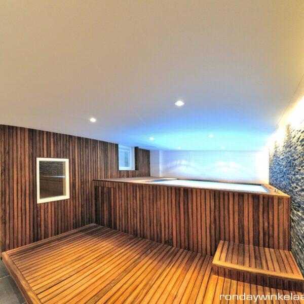 De zwarte leisteenstrips als decoratieve wandbekleding. Ontwerp van architecten Bob Ronday en Maxim Winkelaar.
