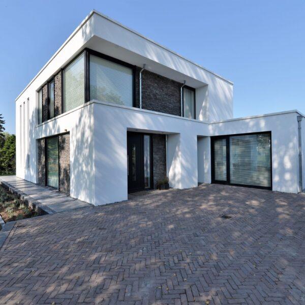Steenstrips moderne villa met isolatie.