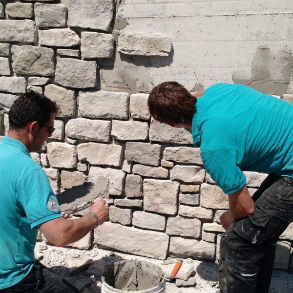 Steenstrips Geopietra plaatsen op een muur