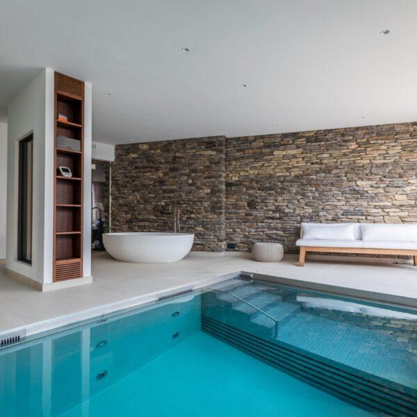 Binnen zwembad met Steenstrips. Foto's Jurrit van der Waal, Art of Living.