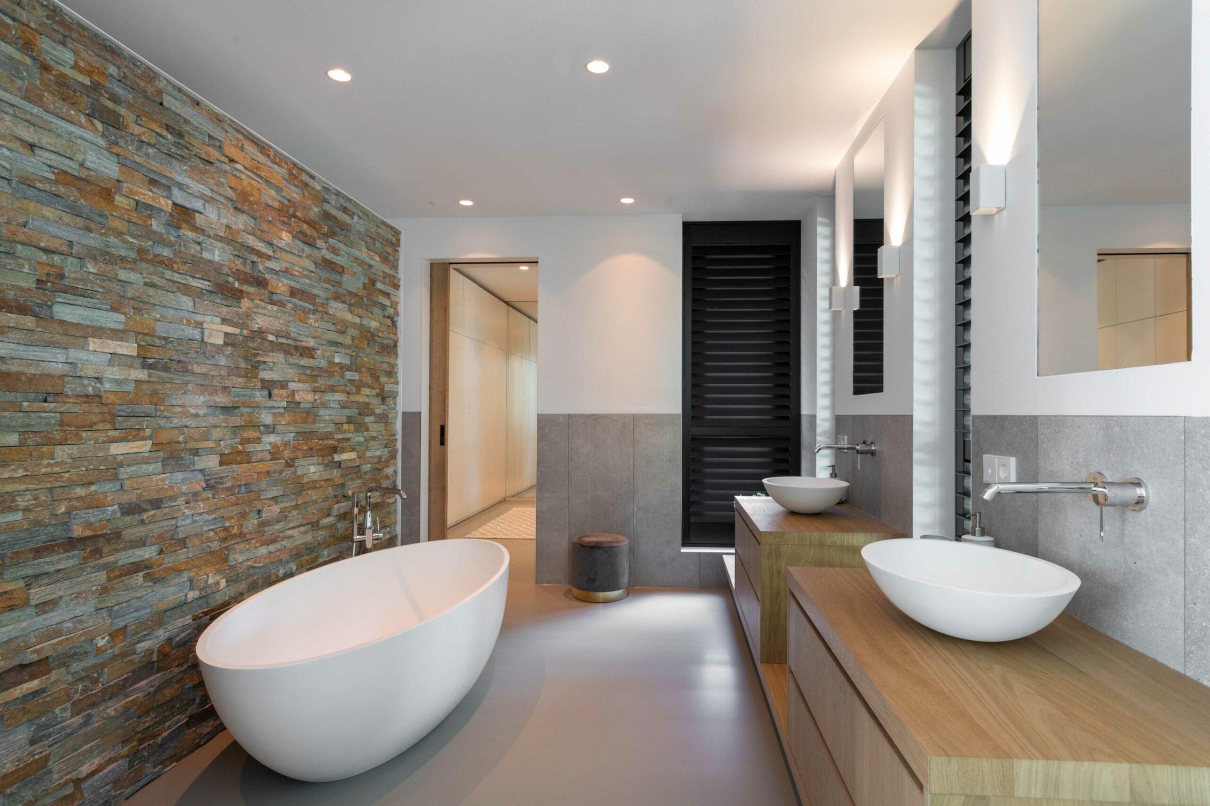 Steenstrips in de badkamer - loststaand bad