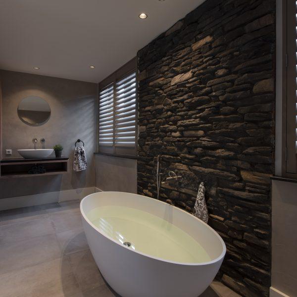 Steenstrips op de badkamerwand