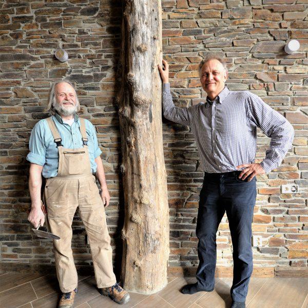 Natuurstenen muur met boomstam - rustieke lei