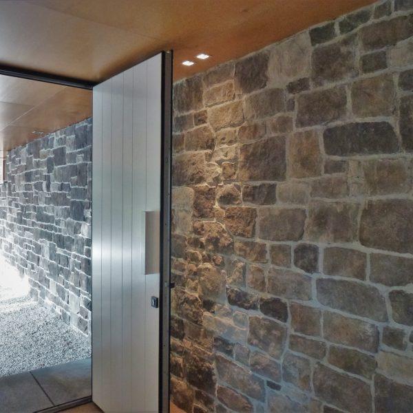 Natuurstenen muur - Steenstrips huis Max Verstappen - reclame Jumbo