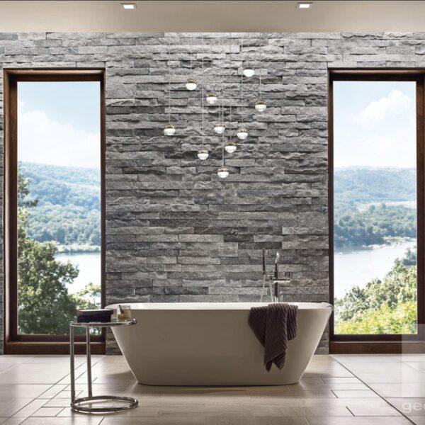 Steenstrips op de binnenwand van een moderne badkamer