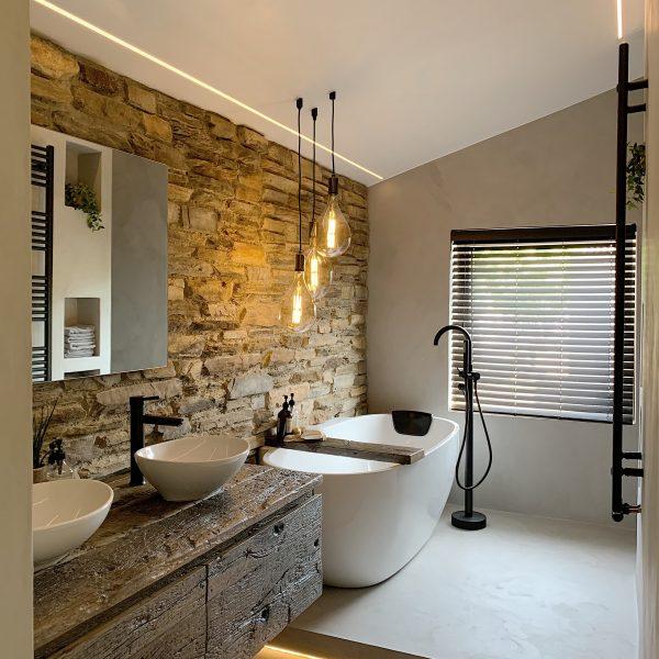 Steenstrips in de luxe badkamer. Ontwerp Jeroen Rooding - Atelier Broer en @homebystuart