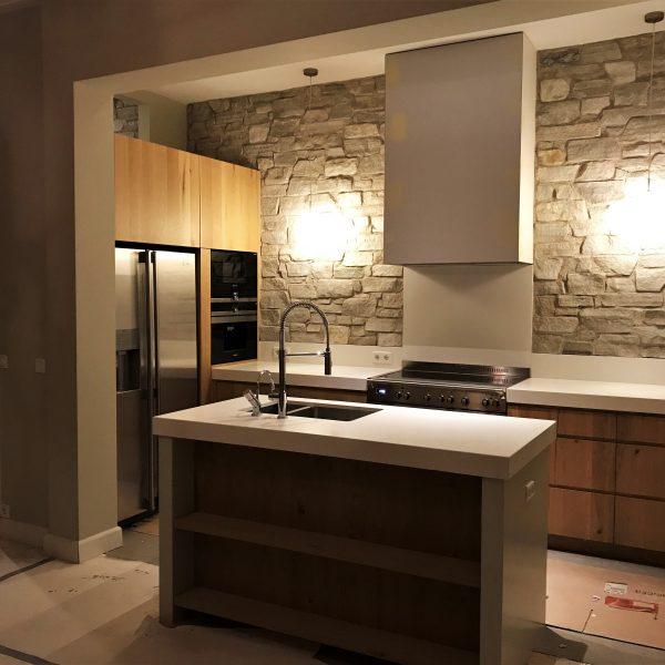 Keukenwand bekleed met Rocks Steenstrips