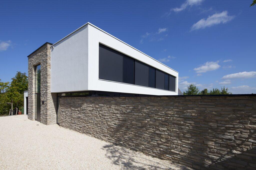 Langwerpige steenstrips kubistische villa. Toce Steenstrips, een ontwerp van Alliance Architecten, Limit Fotografie uit Goes
