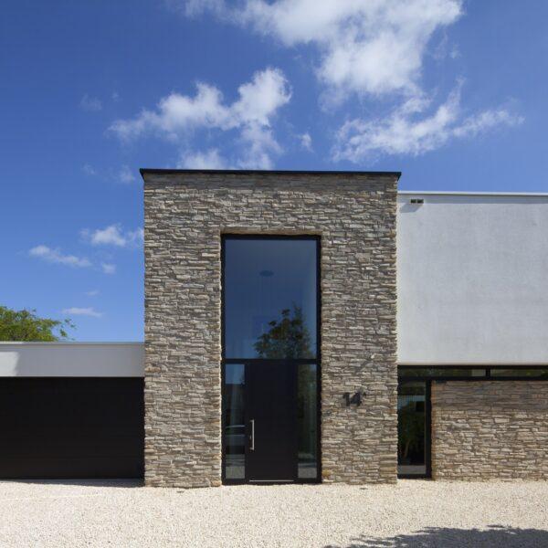 Moderne vormgeving woning met Steenstrips. Toce Steenstrips, een ontwerp van Alliance Architecten, Limit Fotografie uit Goes