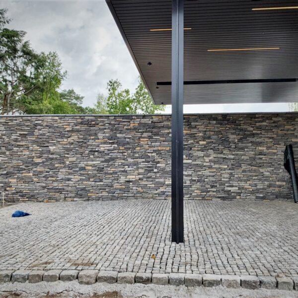 Muur gemaakt van Moderno Steenstrips met afdekkers