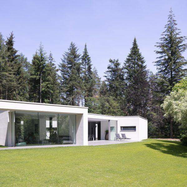 Moderne woning in het bos, prachtig afgewerkt met Geopietra Steenstrips