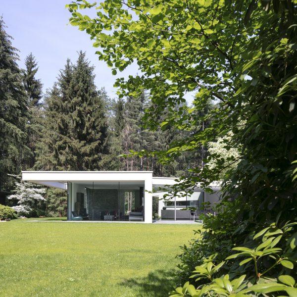 Moderne bosvilla met Geopietra Steenstrips